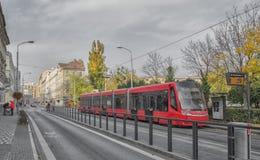 斯洛伐克,布拉索夫- 2017年11月5日, 电车在老镇 免版税库存图片