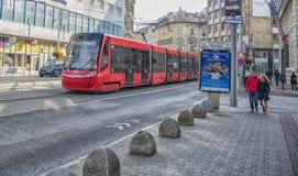 斯洛伐克,布拉索夫- 2017年11月5日, 电车在老镇 免版税图库摄影