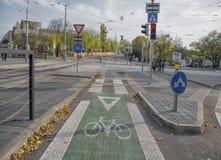 斯洛伐克,布拉索夫- 2017年11月5日, 自行车线在老镇 免版税库存照片