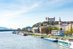 斯洛伐克,布拉索夫- 2018年4月14日:布拉索夫,斯洛伐克都市风景首都 在小山的历史城堡 多瑙河 免版税图库摄影