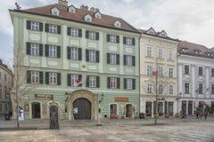 斯洛伐克,布拉索夫- 2017 11月5日,历史的老镇,从奥匈帝国帝国的大厦 大广场 图库摄影
