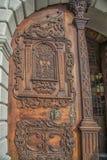 斯洛伐克,布拉索夫- 2017 11月5日,历史的老镇,从奥匈帝国帝国的大厦 对churc的入口木门 库存照片