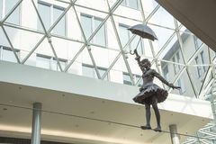 斯洛伐克,布拉索夫- 2017 11月5日,现代建筑学在与艺术雕象的购物中心Eurovia 免版税库存照片