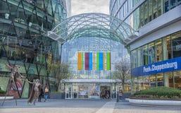 斯洛伐克,布拉索夫- 2017 11月5日,现代建筑学在与艺术雕象的购物中心Eurovia 图库摄影
