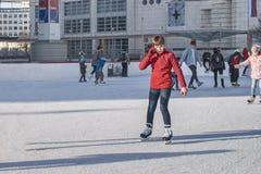 斯洛伐克,滑冰2018年的12月 女孩少年冰鞋 在街道上的室外活动 室外滑冰在溜冰场 女孩 库存照片