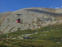 斯洛伐克,高Tatra山, 2018年9月13日:去在山峰Lomnicky stit 2的红色缆车cabine 634 m,威忌州松 免版税库存照片