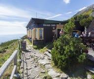 斯洛伐克,高Tatra山, 2018年9月13日:在高Tatras山的高山瑞士山中的牧人小屋山小屋Skalnata chata 免版税库存图片