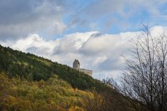 斯洛伐克, Podhradie - 2017年10月20日, 从城堡Topolcany的废墟从在秋天的11世纪 免版税图库摄影