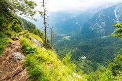 斯洛文尼亚山,朱利安阿尔卑斯 在特里格拉夫峰国家公园看和大山看法  旅游道路和远足 库存照片
