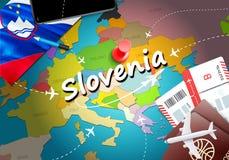 斯洛文尼亚旅行概念与飞机,票的地图背景 参观斯洛文尼亚旅行和旅游业目的地概念 斯洛文尼亚旗子 向量例证