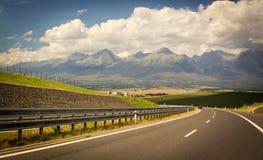斯洛文尼亚,向高Tatras的路,山,云彩 免版税库存照片