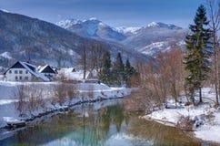 斯洛文尼亚, Polje村庄和Sava Bohinjka河-冬天图片 免版税库存照片
