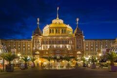 斯海弗宁恩,荷兰著名Kurhaus旅馆的夜视图  免版税图库摄影
