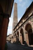 从斯特拉达Maggiore,波隆纳的Asinelli塔 免版税库存图片