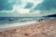 斯特罗姆云彩和波浪在热带海滩 库存照片
