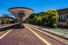 斯特雷萨,意大利- 2016年7月14日 在火车站的斯特雷萨视图与参加天际的铁路 免版税库存图片
