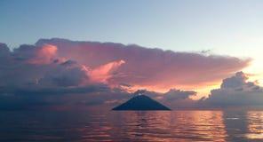 斯特龙博利岛在黎明 库存图片