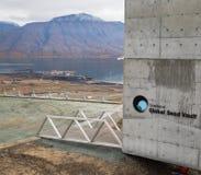 斯瓦尔巴特群岛全球性种子穹顶和港口装载的煤炭的在backgr 免版税库存照片