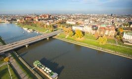 维斯瓦河的鸟瞰图在历史的市中心 维斯瓦河是最长的河在波兰 免版税库存图片