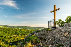 斯瓦迪1月荚Skalou在日出的山顶十字架,Beroun区,中波希米亚州,捷克 库存照片