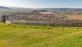 斯皮城堡庭院有在城市的看法在斯洛伐克 库存图片