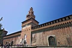 斯福尔扎古堡在米兰 与时钟的塔 忽略入口到米兰城堡墙壁的塔 免版税图库摄影