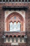 斯福尔扎古堡(帝堡城Sforzesco),米兰其中一个主要地标和旅游景点钟楼窗口特写镜头, 免版税图库摄影