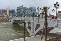 斯科普里,马其顿共和国- 2018年2月24日:文明和瓦尔达尔河河桥梁在市斯科普里 免版税库存照片