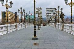 斯科普里,马其顿共和国- 2018年2月24日:艺术桥梁和瓦尔达尔河河在市斯科普里 免版税图库摄影
