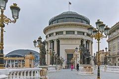 斯科普里,马其顿共和国- 2018年2月24日:艺术桥梁和瓦尔达尔河河在市斯科普里 免版税库存图片