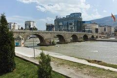 斯科普里,马其顿共和国- 2017年5月13日:斯科普里市中心、老石桥梁和瓦尔达尔河河 库存照片