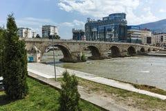 斯科普里,马其顿共和国- 2017年5月13日:斯科普里市中心、老石桥梁和瓦尔达尔河河 库存图片