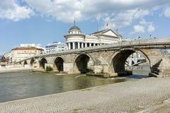 斯科普里,马其顿共和国- 2017年5月13日:斯科普里市中心和考古学博物馆和老石桥梁 免版税库存图片