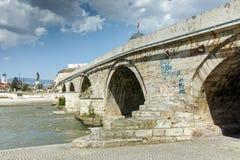 斯科普里,马其顿共和国- 2017年5月13日:斯科普里市中心和考古学博物馆和老石桥梁 免版税库存照片