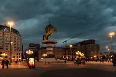 斯科普里,马其顿- 2017年12月9日-市中心和亚历山大大帝纪念碑 免版税库存照片