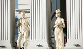 斯科普里,马其顿- 2013年1月23日:一名男人和妇女的雕象新打开buiding的马其顿` s外交事务部 免版税库存照片