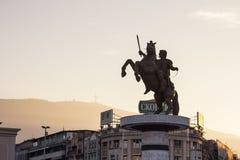 斯科普里,马其顿- 2015年10月25日:关闭在斯科普里` s大广场的亚历山大大帝雕象 库存照片