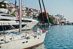 斯科派洛斯岛镇和港口在夏天早晨,斯科派洛斯岛海岛  免版税库存照片