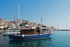 斯科派洛斯岛镇和港口在夏天早晨,斯科派洛斯岛海岛  免版税库存图片