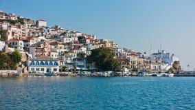 斯科派洛斯岛镇和港口在夏天早晨,斯科派洛斯岛海岛  库存图片