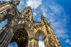 斯科特纪念碑在晴朗的爱丁堡 免版税库存照片