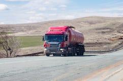斯科讷有罐车的卡车拖拉机在路 免版税库存照片