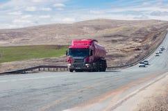 斯科讷有罐车的卡车拖拉机在路 免版税库存图片