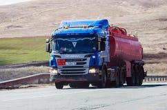 斯科讷有罐车的卡车拖拉机在路 库存照片