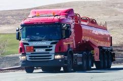 斯科讷有罐车的卡车拖拉机在路 库存图片