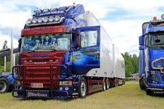 斯科讷R560卡车和充分的拖车有艺术品的 免版税库存图片