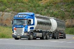 斯科讷R500在高速公路交叉点的槽车 免版税库存照片