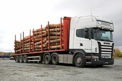 斯科讷R480重型卡车拖拉木材 免版税库存照片