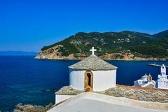 斯科派洛斯岛教会看法在海湾的 免版税库存图片