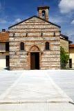 贝斯纳泰老建筑学墙壁和教会在晴天 库存照片